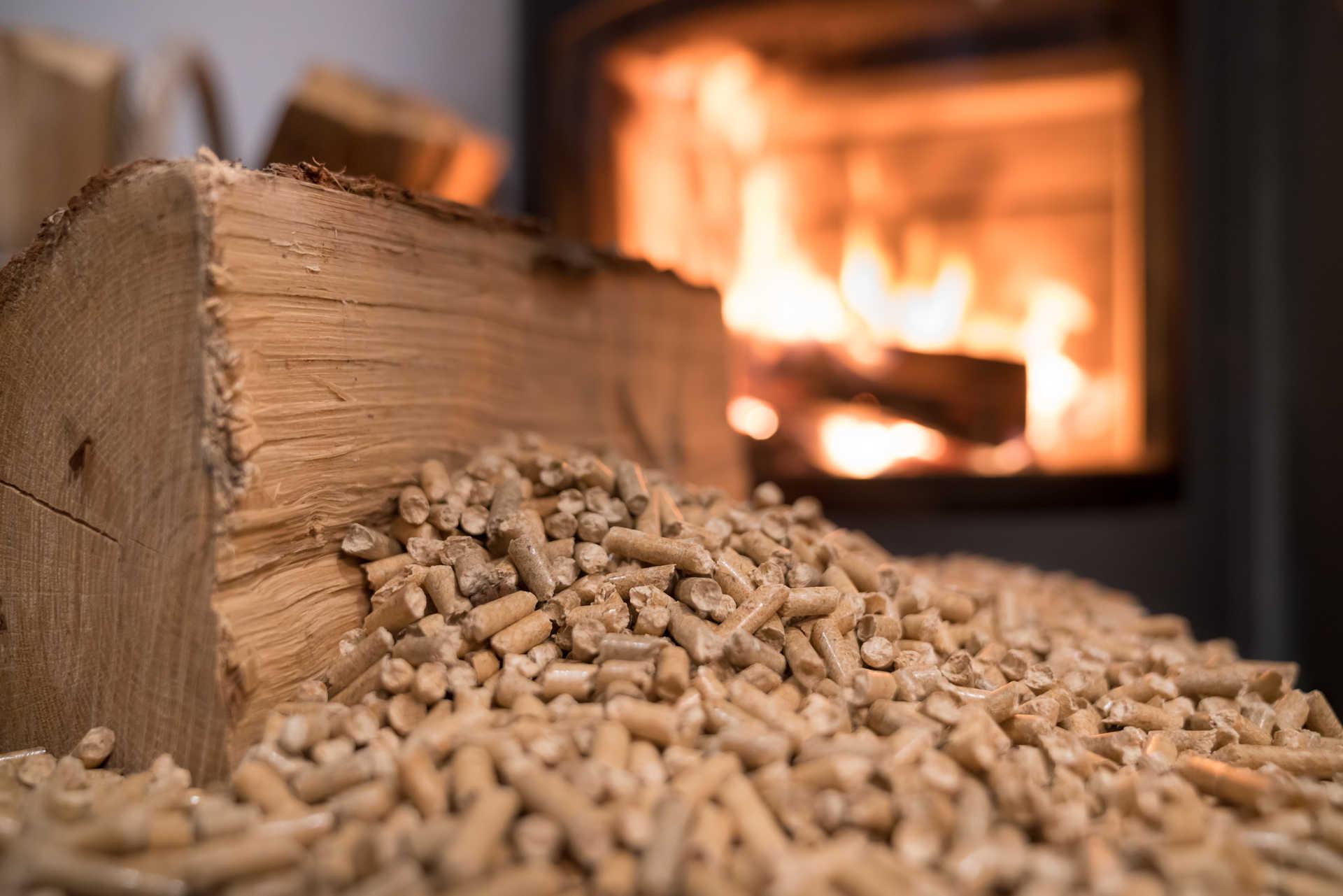 Dřevěné pelety a brikety